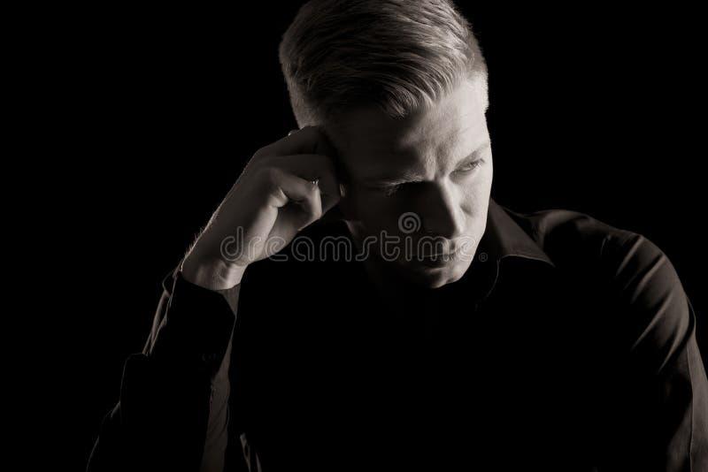 Depresja kluczowy portret patrzeje na boku mężczyzna, czarny i biały. zdjęcie stock