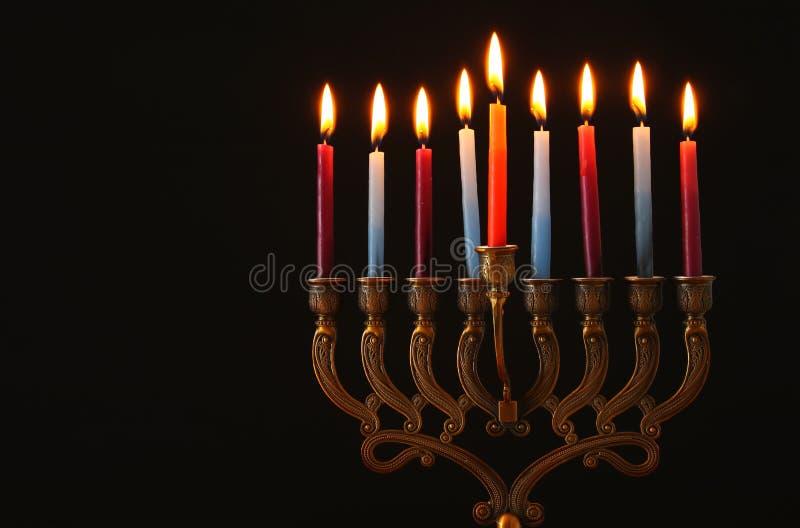 Depresja kluczowy wizerunek żydowski wakacyjny Hanukkah tło z menorah & x28; tradycyjny candelabra& x29; i palący świeczkę obraz stock