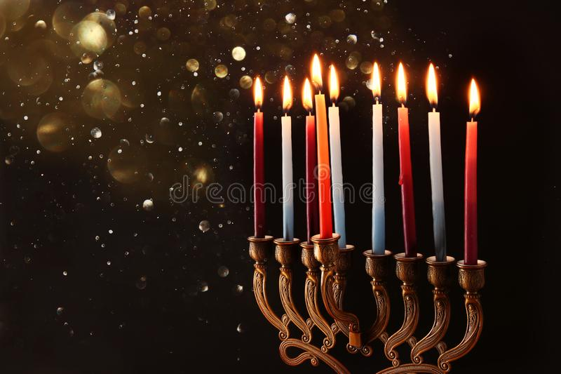 Depresja kluczowy wizerunek żydowski wakacyjny Hanukkah tło z menorah & x28; tradycyjny candelabra& x29; i palący świeczkę zdjęcia royalty free