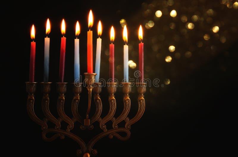 Depresja kluczowy wizerunek żydowski wakacyjny Hanukkah tło z menorah & x28; tradycyjny candelabra& x29; i palący świeczkę obrazy royalty free