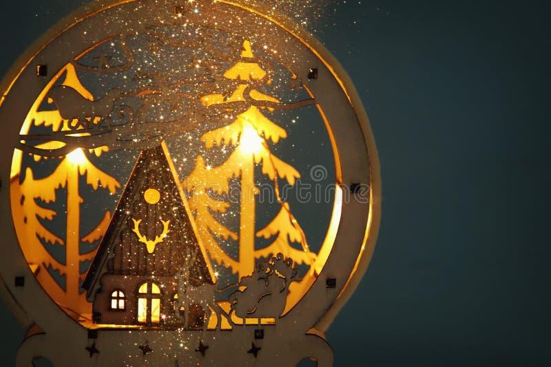 Depresja kluczowy wizerunek magiczna boże narodzenie scena drewniany sosnowy las, buda i Santa, Claus nad saniem z deers obraz royalty free