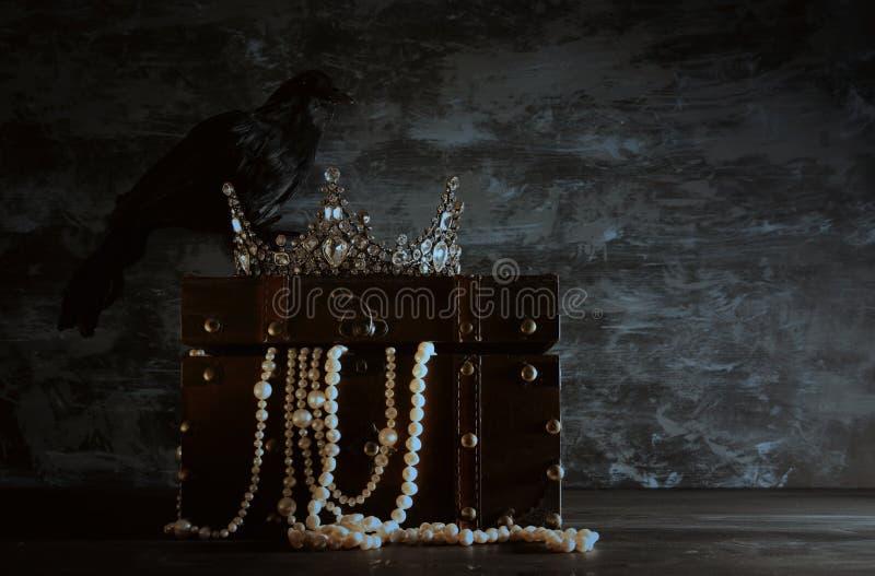 depresja kluczowy wizerunek piękna królowa, królewiątka czerń, korona/i gaworzymy fantazja średniowieczny okres Selekcyjna ostroś obrazy stock