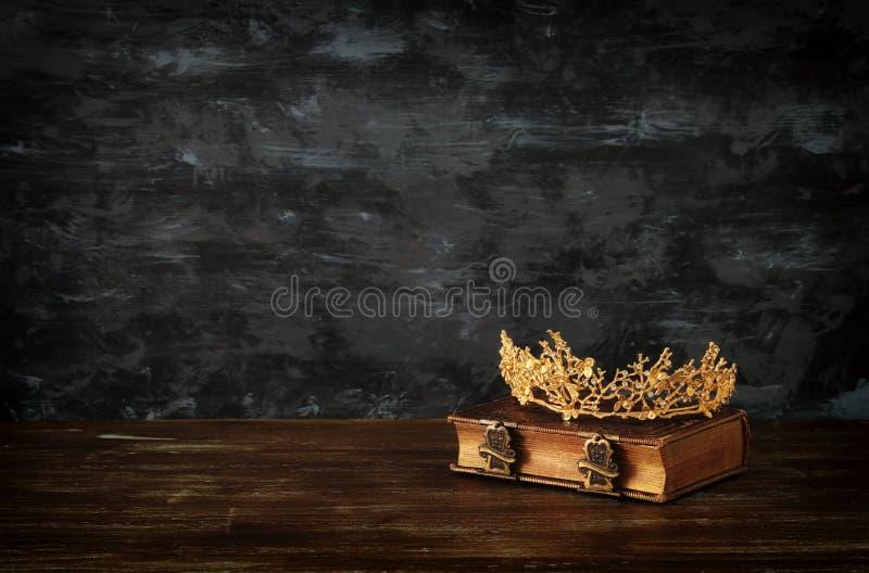 depresja kluczowy wizerunek piękna królowej korona na starej książce fantazja średniowieczny okres obraz stock