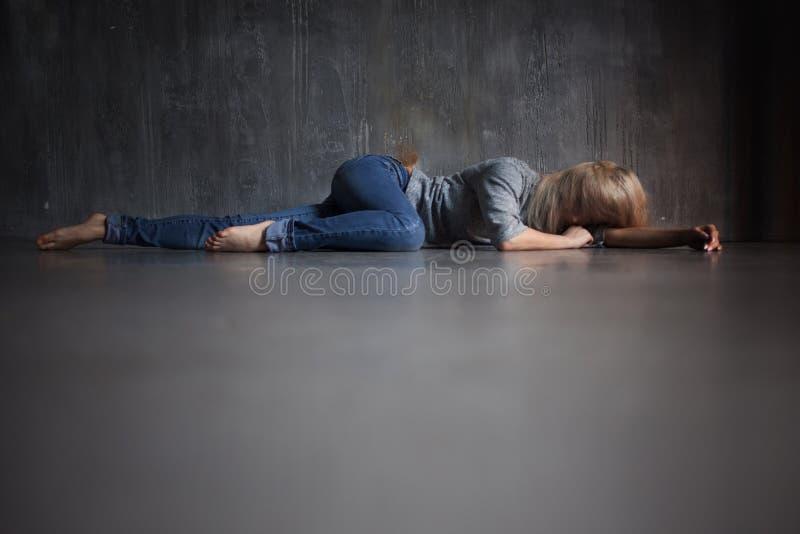 Depresja kobiet podłogowi łgarscy potomstwa obrazy stock