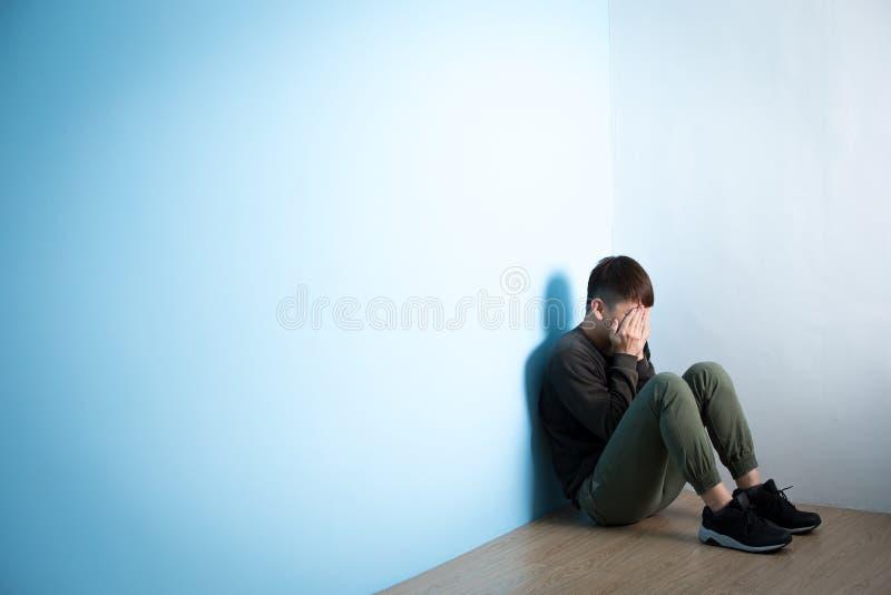 Depresja mężczyzna siedzi na podłoga obraz stock