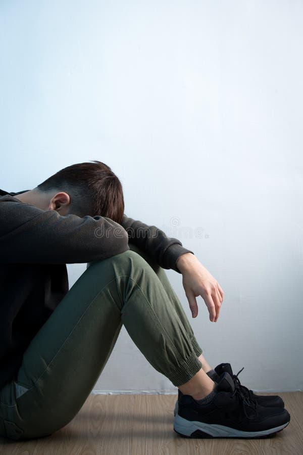Depresja mężczyzna siedzi na podłoga zdjęcie royalty free