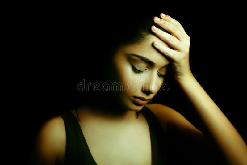 Depresja Smutna młoda kobieta z twarzą w zmroku obrazy stock