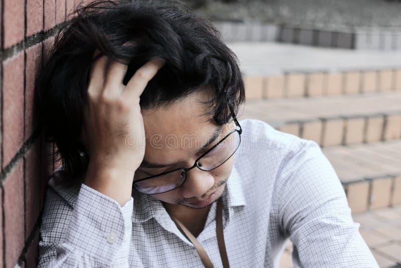 Depressão asiática nova sobrecarregado cansado do manin do negócio com mãos na testa imagens de stock royalty free