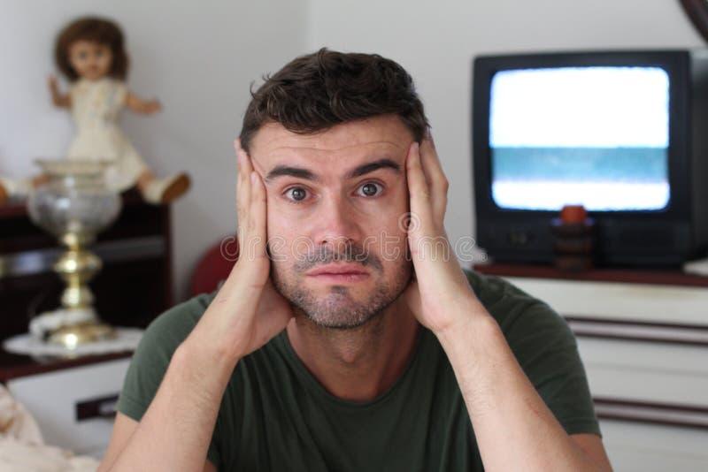 Depressed som hemma ser mannen royaltyfri fotografi