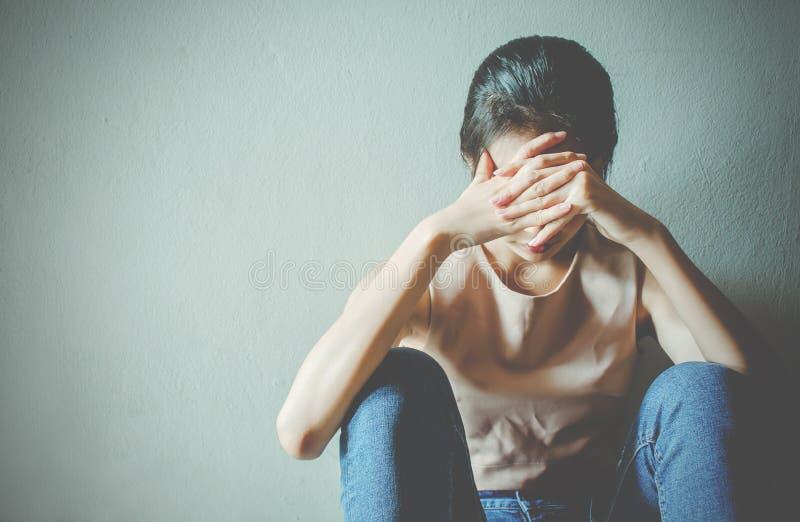 Depressie jonge vrouwelijke tiener die probleem voelen hebben misbruikt die aan zitting alleen in de donkere ruimte, Huiselijk ge royalty-vrije stock foto's