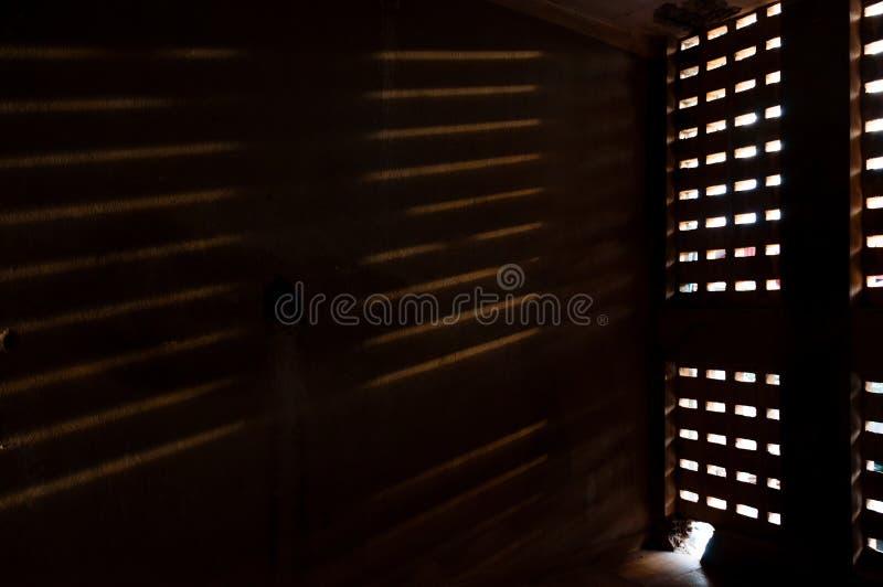 Depressione di caduta leggera una finestra sulla parete immagini stock