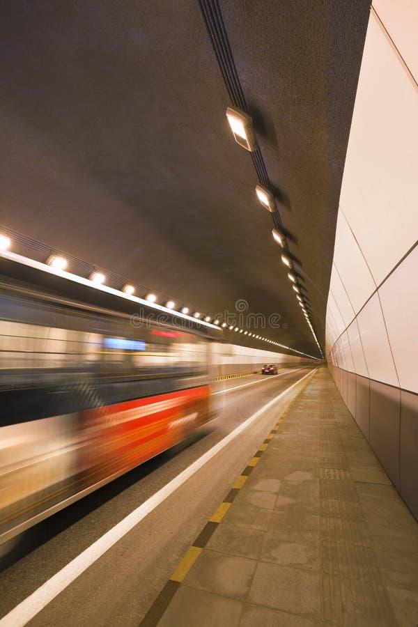 Depressione precipitante di traffico un tunnel immagini stock