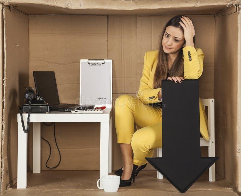 Deprimerad affärskvinna, affärsavverkning royaltyfria bilder
