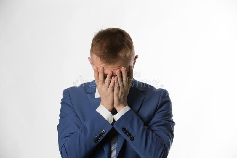 Deprimerad affärsman med att rymma hans huvud i händer royaltyfria foton