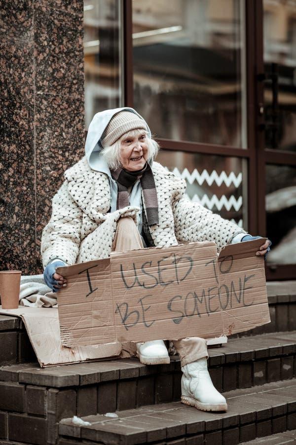 Deprimerad fattig åldrig kvinna som känner sig mycket olycklig royaltyfri bild