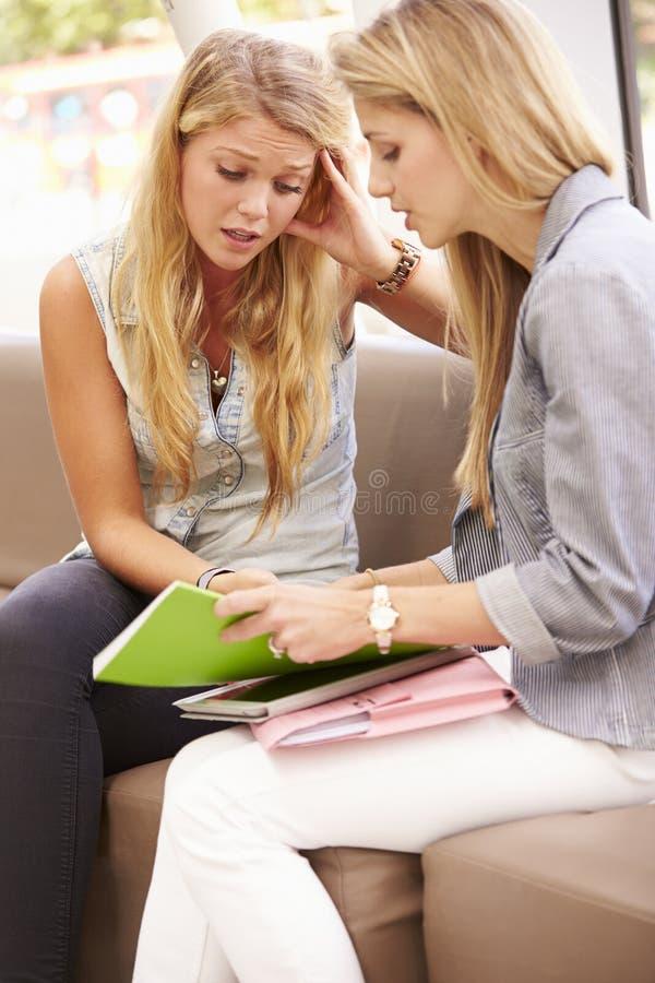 Deprimerad högskolestudent Talking To Counselor royaltyfria bilder