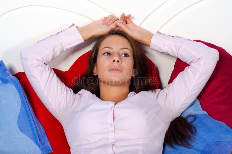Deprimerad kvinna som ligger i säng. royaltyfria bilder