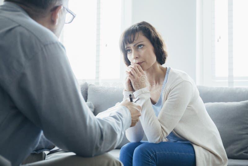 Deprimerad kvinna som s?ker hj?lp arkivfoton