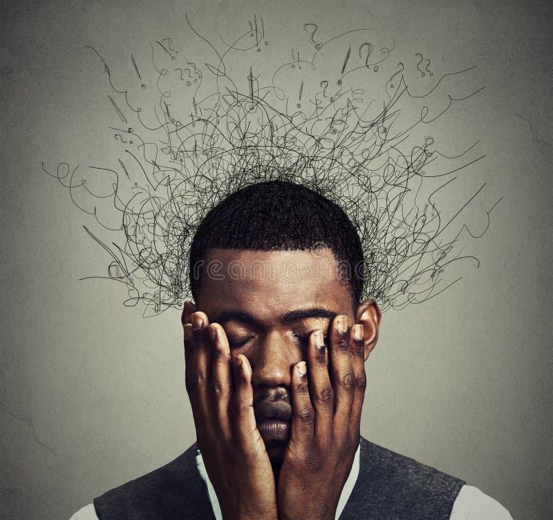 Deprimerad man med bekymrat desperat stressat uttryck och hjärna som smälter in i linjer arkivfoton