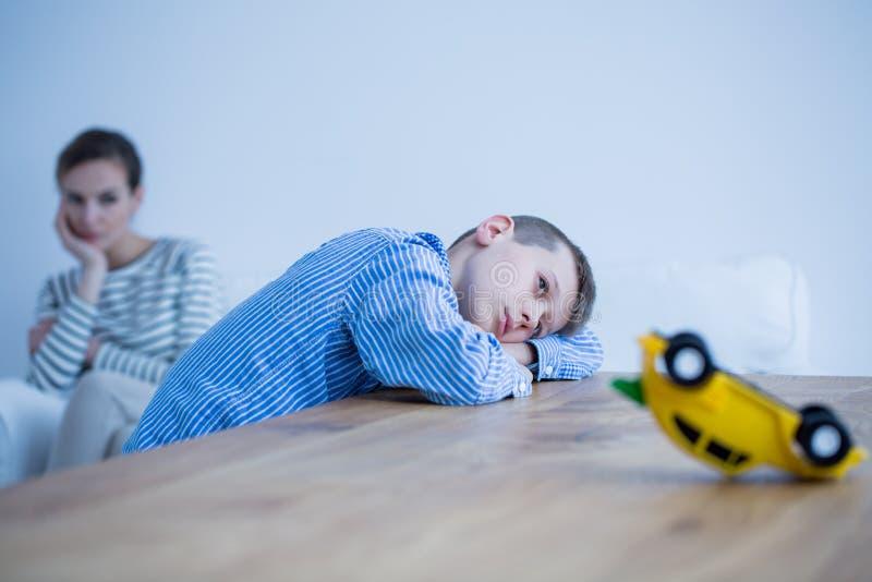 Deprimerad pojke och hans mamma royaltyfria foton