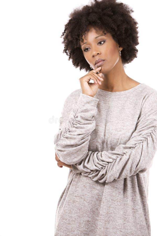 Deprimerad svart tillfällig kvinna på vit bakgrund arkivfoton