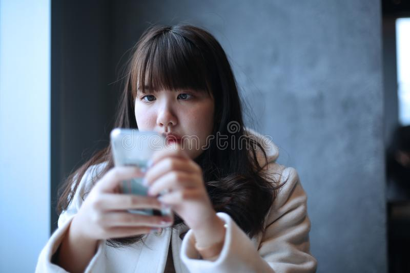 Deprimerad tonårig flicka att läsa meddelanden royaltyfria foton