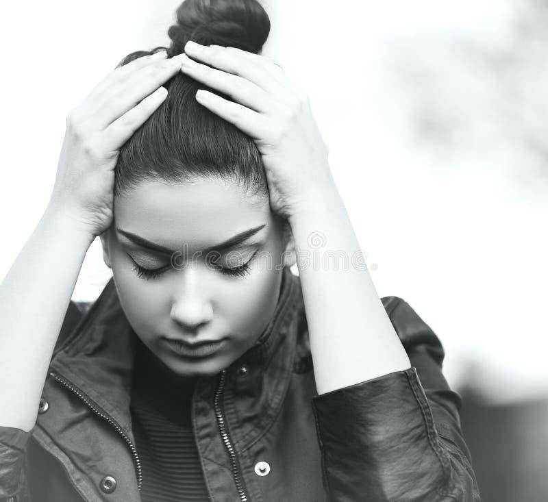 Deprimerad tonårig flickavisningsorgsenhet och spänning royaltyfri bild