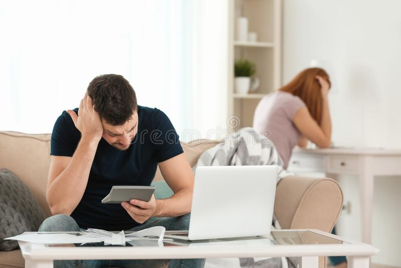 Deprimerade par med pengarproblem arkivbild