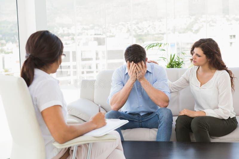 Deprimerade par som talar med deras terapeut arkivfoton