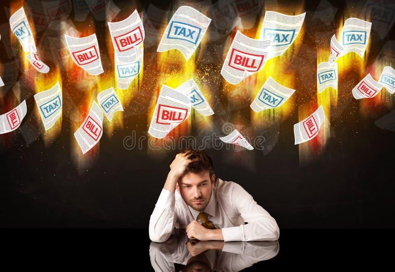 Deprimerat affärsmansammanträde under bränningskatt- och räkninglegitimationshandlingar arkivbilder