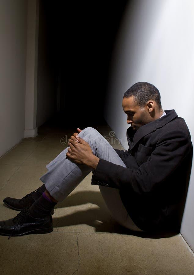 Deprimerat och ensamt i ett hall royaltyfri foto