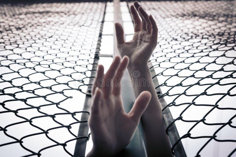 Deprimerat, problem, hjälp och möjlighet Hopplösa kvinnor lyfter handen över kedja-sammanlänkningen staketet frågar för hjälp royaltyfri fotografi