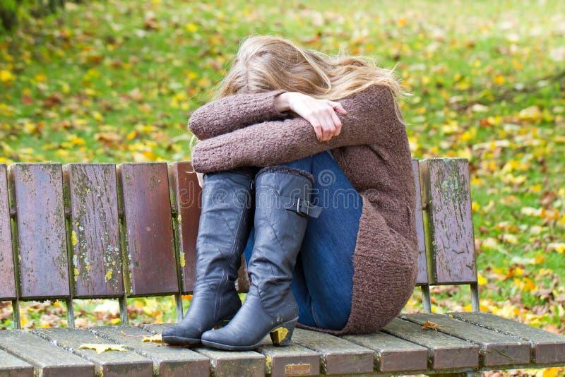 Deprimierende Frau stockfoto