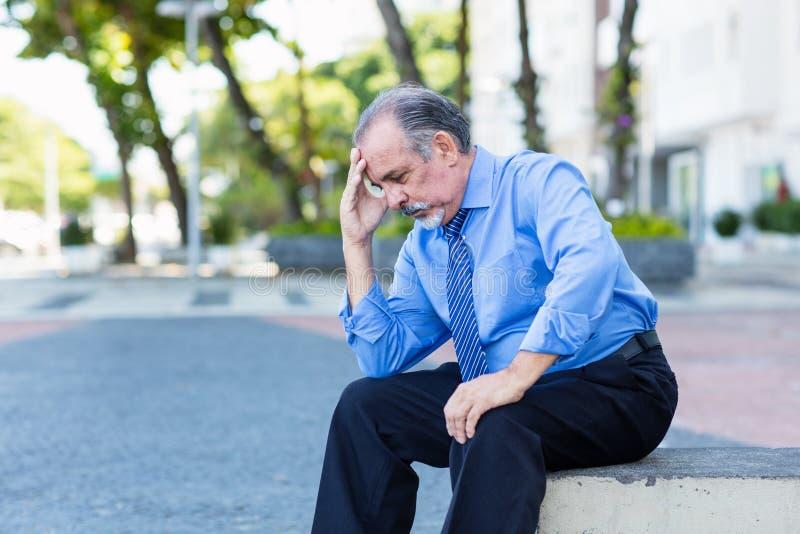 Deprimierender einsamer Geschäftsmann im Ruhestand lizenzfreie stockfotografie