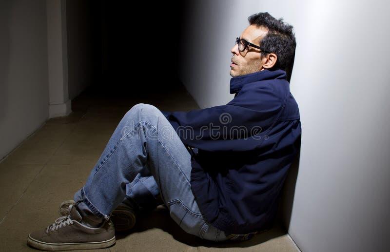 Deprimiert und allein in einer Halle stockfoto