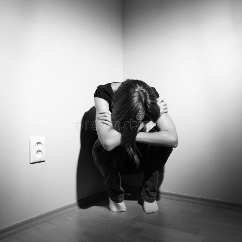 Deprimierte junge Frau lizenzfreie stockfotos