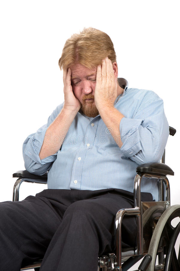 Deprimierter behinderter Mann im Rollstuhl stockfotos