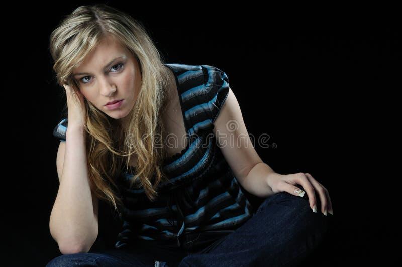 Deprimierter Jugendlicher auf Schwarzem stockbild