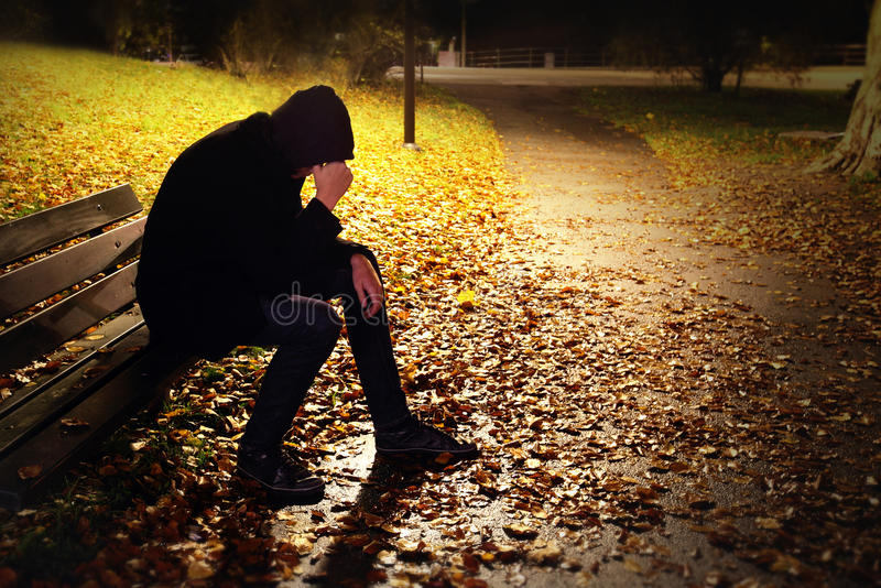 Deprimierter Mann auf Bank lizenzfreies stockfoto