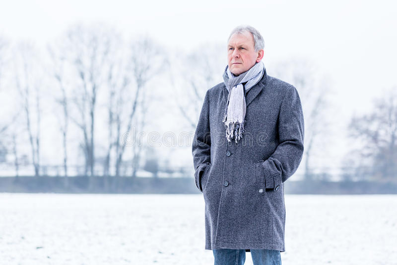 Deprimierter oder trauriger Mann, der in Winter geht lizenzfreie stockfotografie