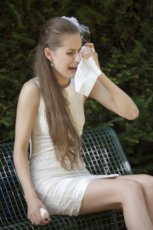 Deprimiertes Brautschreien lizenzfreie stockbilder