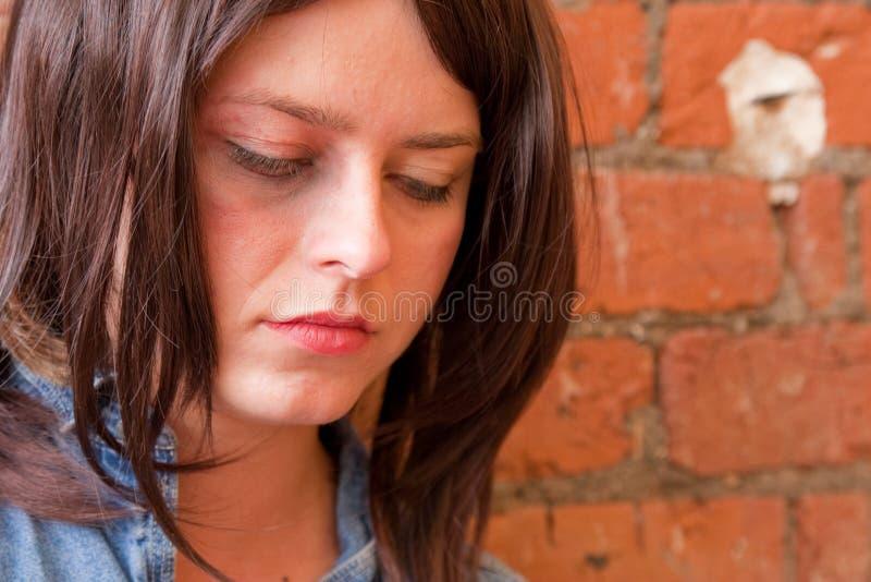 Deprimiertes Brunette-Mädchen, Das Unten Anstarrt Lizenzfreie Stockfotos