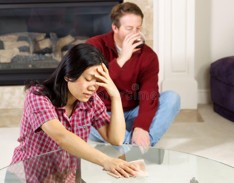 Deprimiertes der reifen Frau wegen des alkoholischen Ehemanns lizenzfreie stockfotos