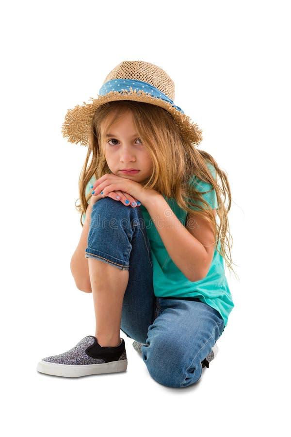 Deprimiertes ernstes kleines Mädchen, das entlang der Kamera anstarrt stockbild