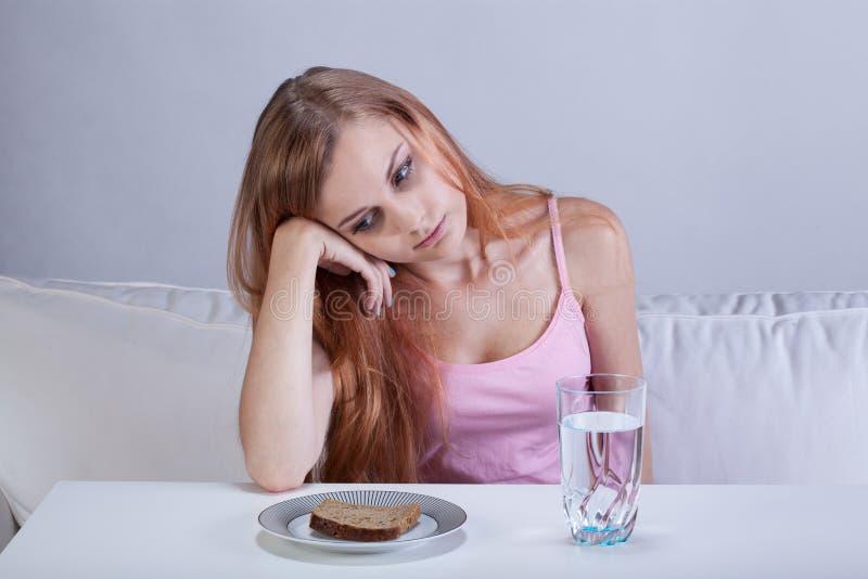 Deprimiertes Mädchen mit Essstörung lizenzfreie stockfotos