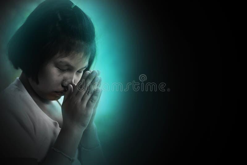 Deprymuje i smutny dziecka modlenie dla pomocy, siedzi w kącie obraz royalty free