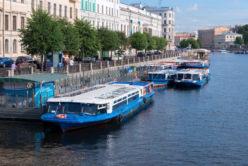 Deptak łodzi Ñ  Ñ 'аРwycieczkowy ½ Ð przy bulwarem Fontanka rzeka blisko Anichkov mosta fotografia stock