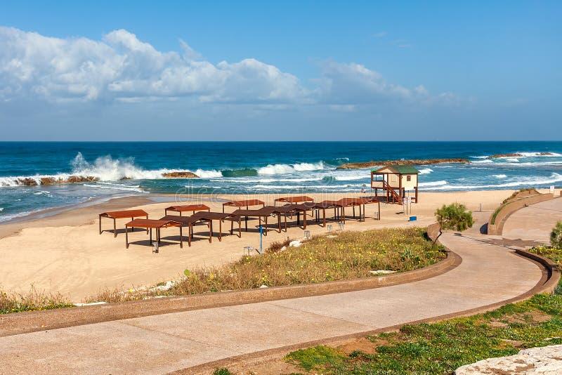 Deptak i opróżnia plażę na morzu śródziemnomorskim. zdjęcie stock