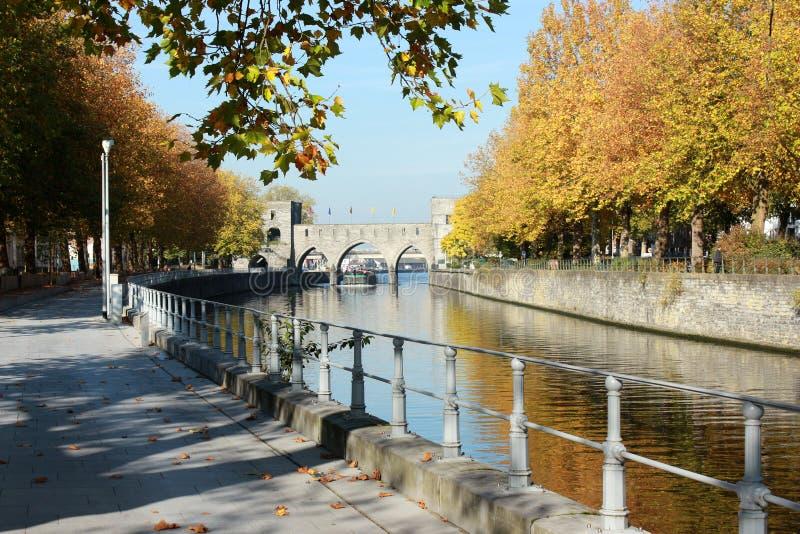 Deptak le długi Du Quai Notre-DameTournai en Belgique en automne Pont des en trous perspektywa obraz royalty free