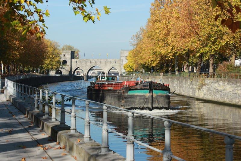 Deptak le długi Du Quai Notre-DameTournai en Belgique en automne Pont des en trous perspektywa zdjęcie stock